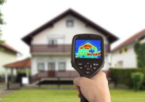 Die Höhe der Hauswand verputzen Kosten korrelieren stark mit der gewünschten Materialqualität. Diese kann zu einer besseren Dämmung beitragen.