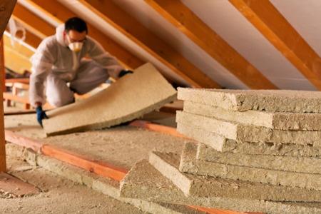 Die Dachdecker Preise pro qm können sehr unterschiedlich ausfallen. Regional können sich die Preise unterscheiden.