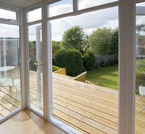 Die Holzterrasse Kosten variieren nicht nur nach Region und Qualifikation des Terrassenbauers, sondern auch das verwendete Holz spielt eine große Rolle bei den Kosten.