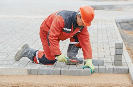 Die Pflastern Kosten können stark variieren. Neben der gewählten Steinart und Methode, spielen auch die Qualifikation und Region des Pflasterers eine Rolle.