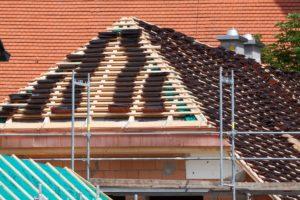 Die genauen Dachdecker Kosten pro m2 hängen ebenfalls vom verwendeten Material ab. Auch regional kann es Unterschiede geben. In Österreich oder der Schweiz können die Kosten z.B. etwas höher ausfallen.
