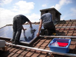 Was darf Dachdecken kosten? Die Preise unterscheiden sich teilweise stark und korrelieren unter anderem auch mit der Qualifizierung Ihres Dachdeckers.