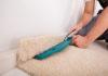 Die Teppich verlegen Kosten pro qm variieren je nach Qualifikation und Region des Bodenlegers.