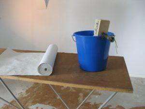 Kosten Maler: Die Tapezieren Kosten pro m2 variieren. Die Tapezierer Preise pro qm hängen eng mit der Qualifikation des Tapezierers ab.
