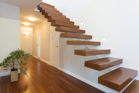 Der Innentreppe Preis kann stark variieren. Entscheidend hierbei ist der gewählte Treppentyp und das Material, wie zum Beispiel Holz.