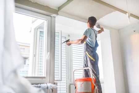 Wände glatt spachteln und Decke spachteln können regional im Preis variieren. Auch die Qualifikation des Handwerkers wirkt sich auf die Kosten aus.