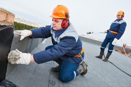 Die Flachdach Kosten können von Region zu Region unterschiedlich hoch ausfallen und korrelieren auch mit der Qualifizierung Ihres Dachdeckers.