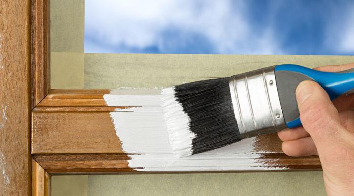 Der Fenster streichen Preis kann deutlich variieren. Der Maler muss nämlich nicht nur die Fensterrahmen streichen, sondern je nach Zustand des Fensters, umfangreichen Vorarbeiten leisten.