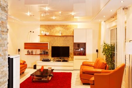 Decke abhängen ist sowohl im Wohnzimmer, Küche und Bad möglich. Die Preise hingegen können unterschiedlich ausfallen und hängen auch mit der Beleuchtung zusammen.