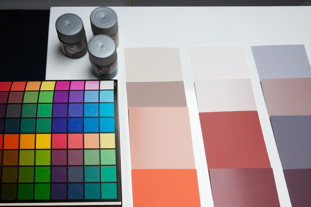 Wer bei den Wohnung streichen Kosten sparen möchte, verzichtet auf aufwändige Wandmuster und wählt eine Farbe mit guter Deckkraft.